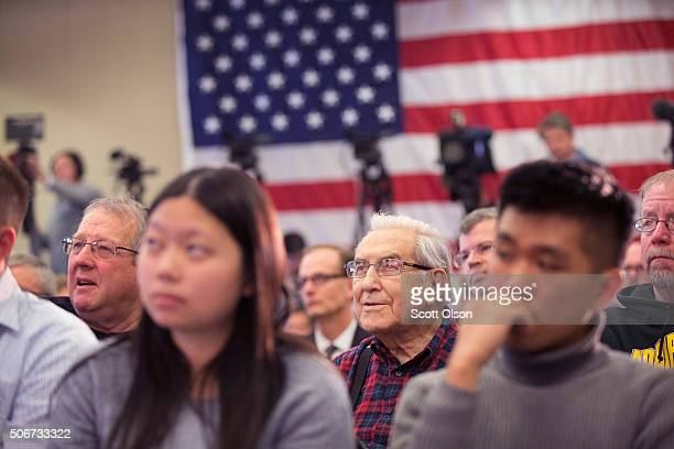 Guests listenat Republican presidential candidate Sen Marco Rubio speaks at a campaign rally on January 25 2016 in Des Moines Iowa Rubio is in Iowa...