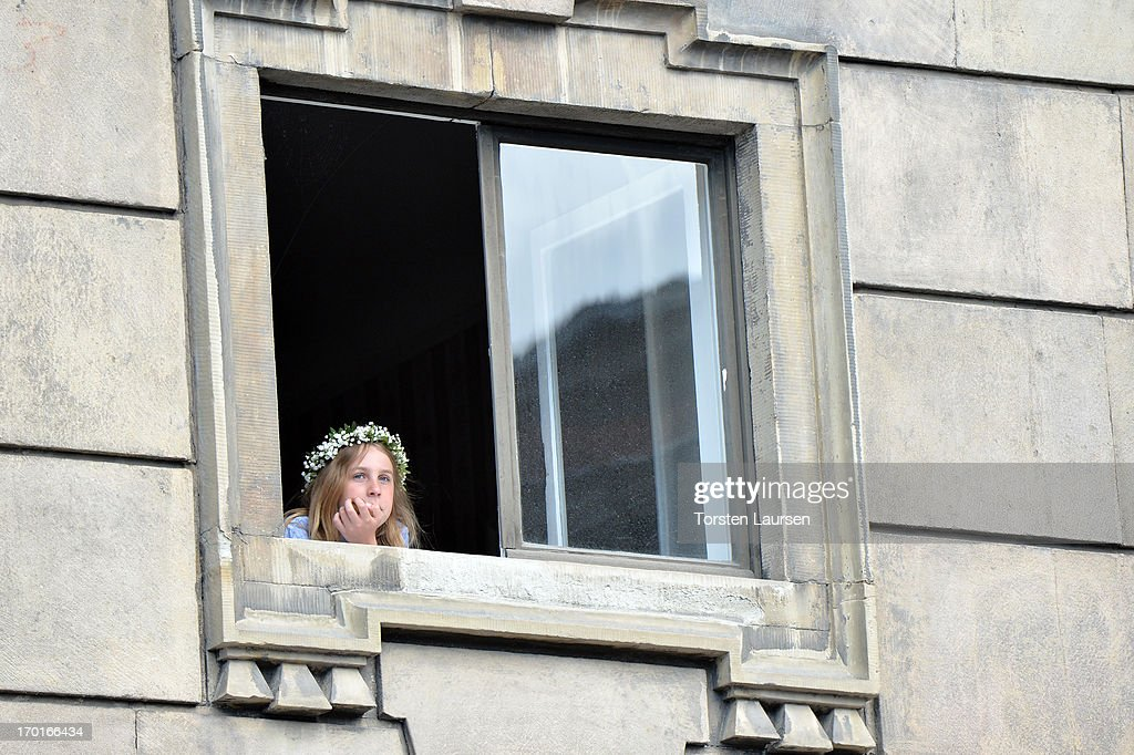 Guests look at the window after the wedding ceremony of Princess Madeleine of Sweden and Christopher O'Neill hosted by King Carl Gustaf XIV and Queen Silvia at The Royal Palace on June 8, 2013 in Stockholm, Sweden.