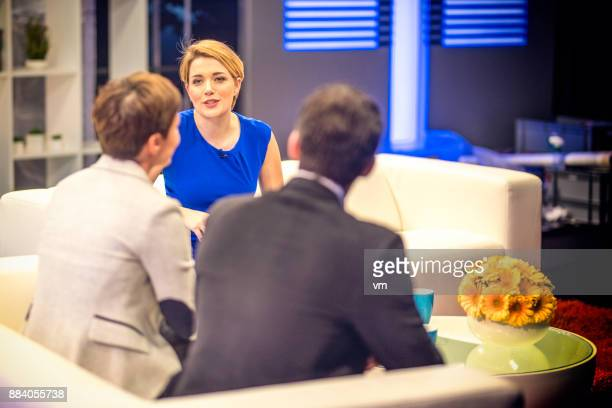 テレビでゲストのホストにどのように話 - トーク番組司会者 ストックフォトと画像