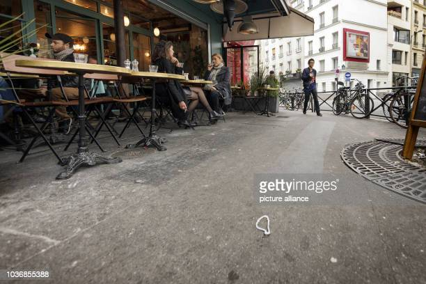 """Guests sit at the restaurant """"La Belle Equipe"""" in Paris, France, 19 October 2016. Photo: Leo Novel/dpa 