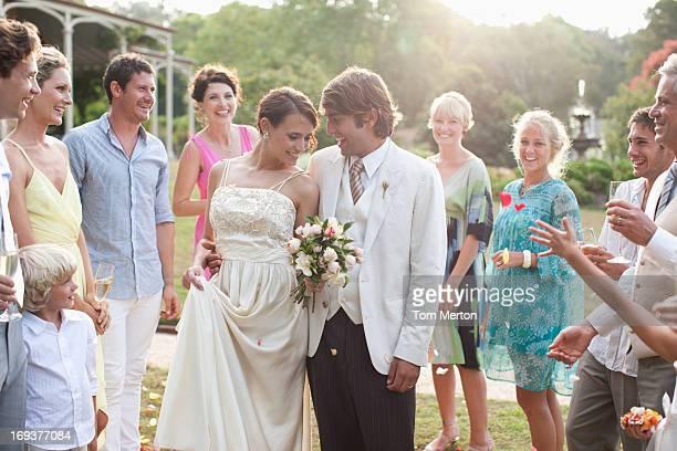 Hôtes en regardant le marié et la mariée
