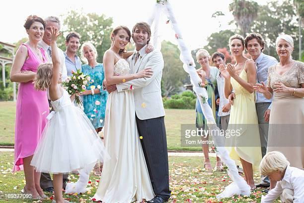 Los huéspedes con la novia y novio Sonriendo