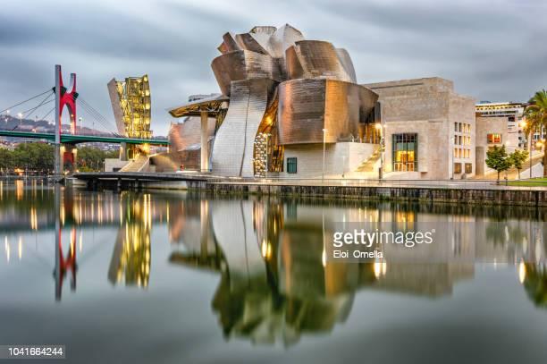 朝はビルバオ グッゲンハイム美術館反射 - 現代美術館 ストックフォトと画像