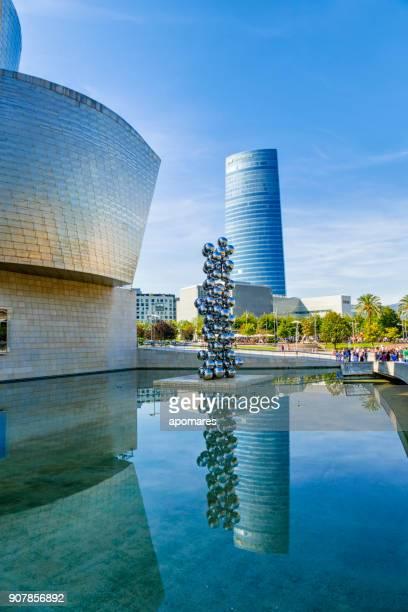 Museo Guggenheim y la Torre Iberdrola, Bilbao, España