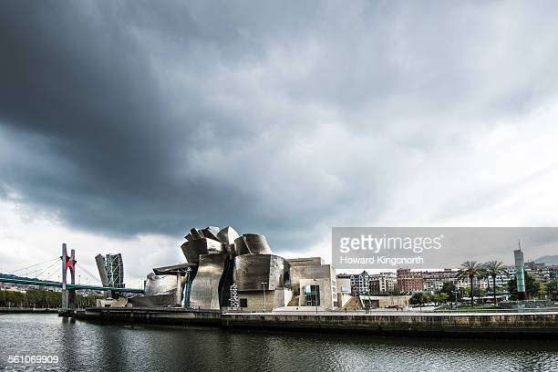 guggenheim museum and waterfront skyline - bilbao stockfoto's en -beelden