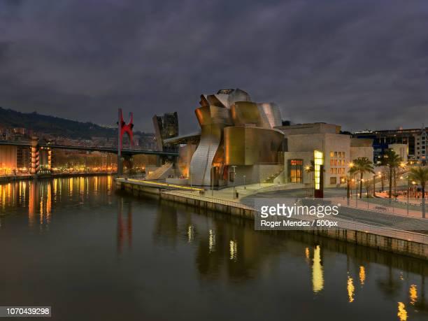 guggenheim museum at night - museo de arte contemporáneo fotografías e imágenes de stock