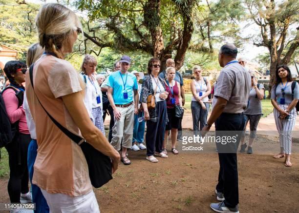 ガイドとインドの観光客 - ツアーガイド ストックフォトと画像