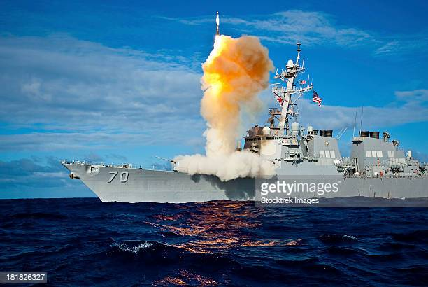 guided missile destroyer uss hopper launches a rim-161 standard missile. - bang boat stock pictures, royalty-free photos & images