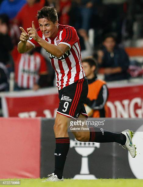 Guido Carrillo of Estudiantes celebrates after scoring the second goal of his team during a first leg match between Estudiantes and Independiente...