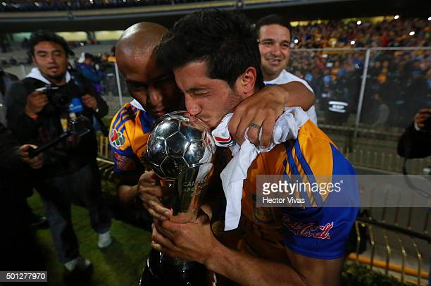 Guido Pizarro and Damian Alvarez of Tigres kiss the champions trophy after their team's victory in the final second leg match between Pumas UNAM and...