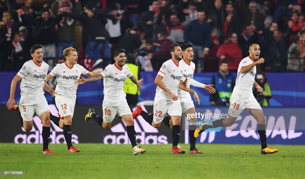 Guido Pizarro of Sevilla (R) celebrates scoring his sides third goal during the UEFA Champions League group E match between Sevilla FC and Liverpool FC at Estadio Ramon Sanchez Pizjuan on November 21, 2017 in Seville, Spain.