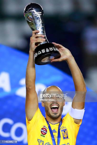 Guido Pizarro of Tigres lifts the Championship Trophy after the final second leg match between Leon and Tigres UANL as part of the Torneo Clausura...