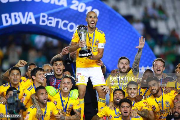 Guido Pizarro of Tigres lifts the Championship Trophy with teammates after the final second leg match between Leon and Tigres UANL as part of the...