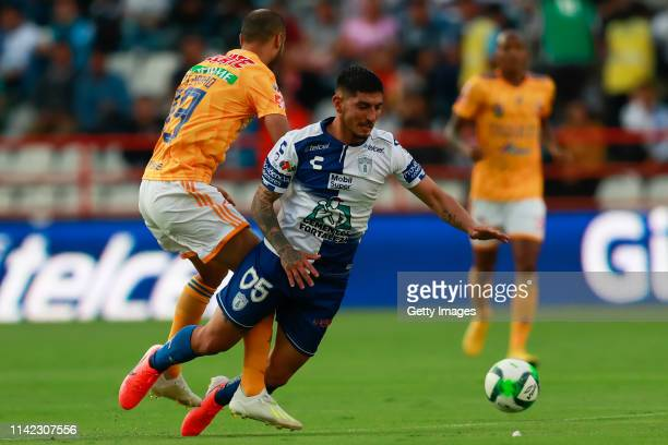 Guido Pizarro of Tigres struggles for the ball with Víctor Guzmán of Pachuca during the quarterfinals first leg match between Pachuca and Tigres UANL...
