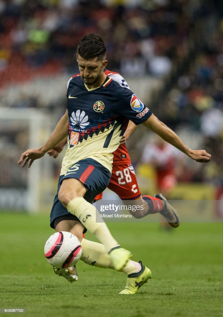 Guido Rodriguez of America competes for the ball with Jesus Peganoni of Veracruz during the 8th round match between America and Veracruz as part of the Torneo Apertura 2017 Liga MX at Azteca Stadium on September 09, 2017 in Mexico City, Mexico.