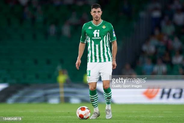 Guido Rodriguez of Real Betis controls the ball during the UEFA Europa League group G match between Real Betis and Bayer Leverkusen at Estadio Benito...