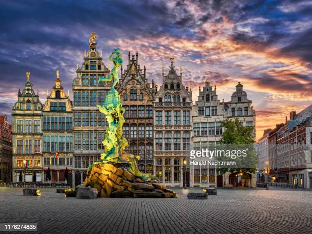 guildhalls and brabo fountain on grote markt at dusk, grand place, antwerp, flemish region, belgium - antwerpen stad stockfoto's en -beelden