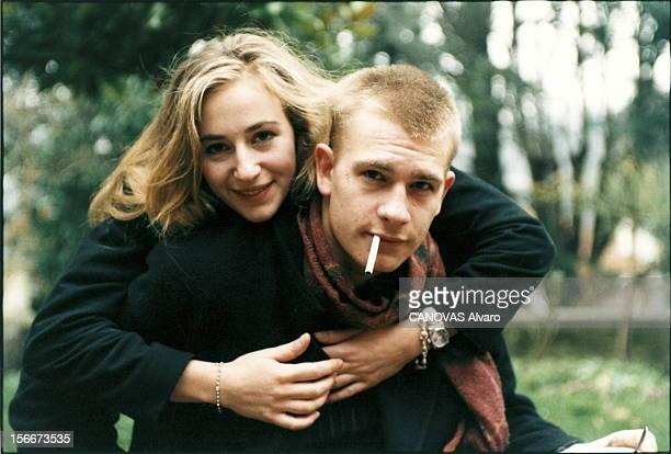 Guillaume And Julie Depardieu In Trouville Plan de face de Julie DEPARDIEU souriante les bras passés autour du cou de son frère Guillaume une...