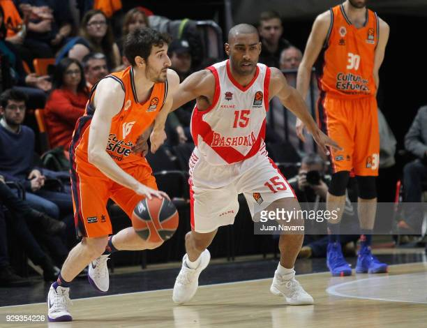 Guillem Vives #16 of Valencia Basket competes with Jayson Granger #15 of Baskonia Vitoria Gasteiz during the 2017/2018 Turkish Airlines EuroLeague...