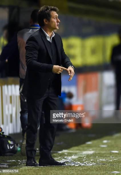 Guillermo Barros Schelotto coach of Boca Juniors gestures during a match between Boca Juniors and Alianza Lima at Alberto J Armando Stadium on May 16...