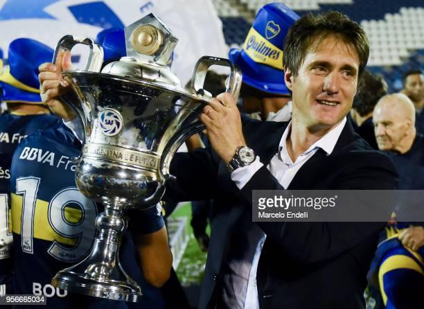 Guillermo Barros Schelotto coach of Boca Juniors lifts the trophy after winning the Superliga 2017/18 against Gimnasia y Esgrima La Plata at Estadio...