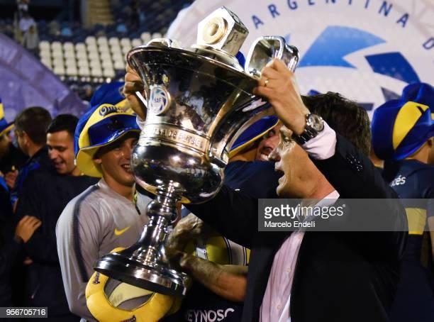 Guillermo Barros Schelotto of Boca Juniors lifts the trophy after a match between Gimnasia y Esgrima La Plata and Boca Juniors as part of Superliga...