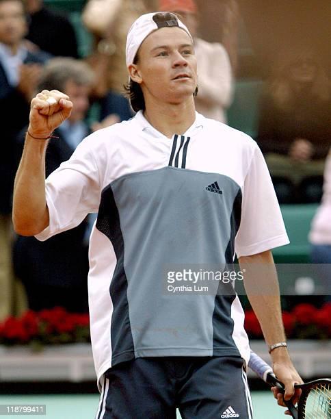 Guillermo Coria into semi final at Roland Garros with a 7-5, 7-6, 6-3 win over Carlos Moya