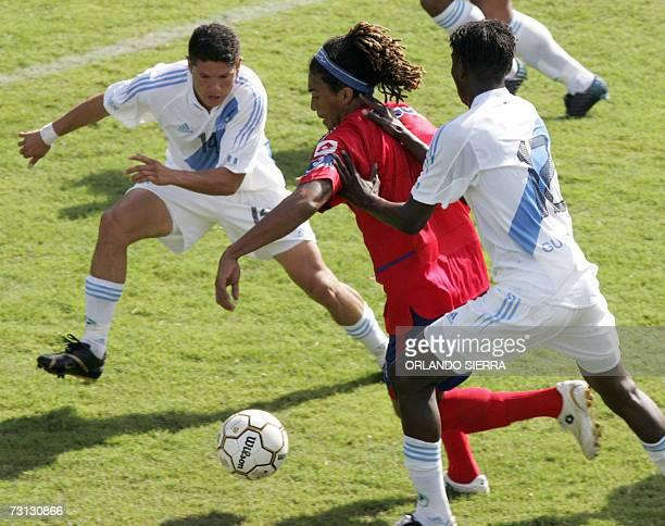 Guillermo Ramirez delantero del Municipal disputa el balon con Elmer Ponciano y Erick Avila durante un partido amistoso de la seleccion de futbol de...