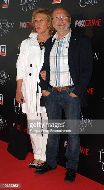 Guillermo Summers and his wife attend 'El Retrato de Dorian Gray' premiere on June 1 2010 in Madrid Spain