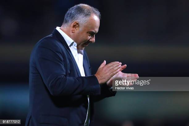 Guillermo Vazquez Head Coach of Veracruz gestures during the 7th round match between Pumas UNAM and Veracruz as part of the Torneo Clausura 2018 Liga...