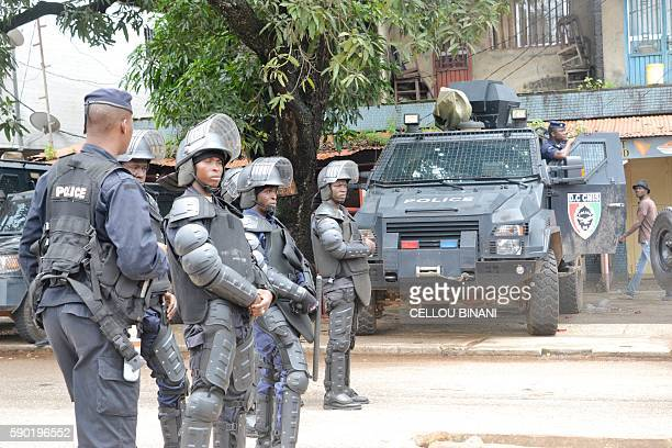 Guinean anti riot police stand in the street during an antigovernment protest in Conakry on August 16 2016 / AFP / CELLOU BINANI