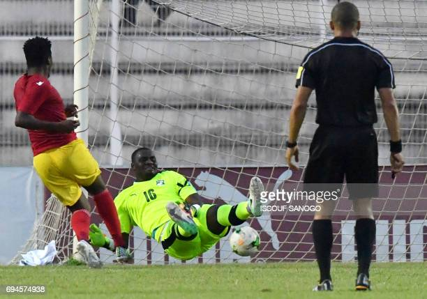 Guinea's Abdoulaye Sadio Diallo scores a goal against Ivory Coast's golkeeper Sylvain Gbohouo during the 2019 African Cup of Nations qualifyer...