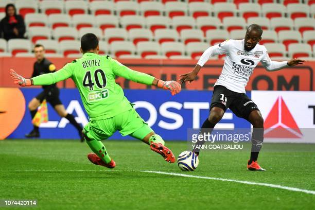Guingamp's French forward Guessouma Fofana vies with Nice's Argentinian goalkeeper Walter Benitez during the French League Cup round of 16 football...