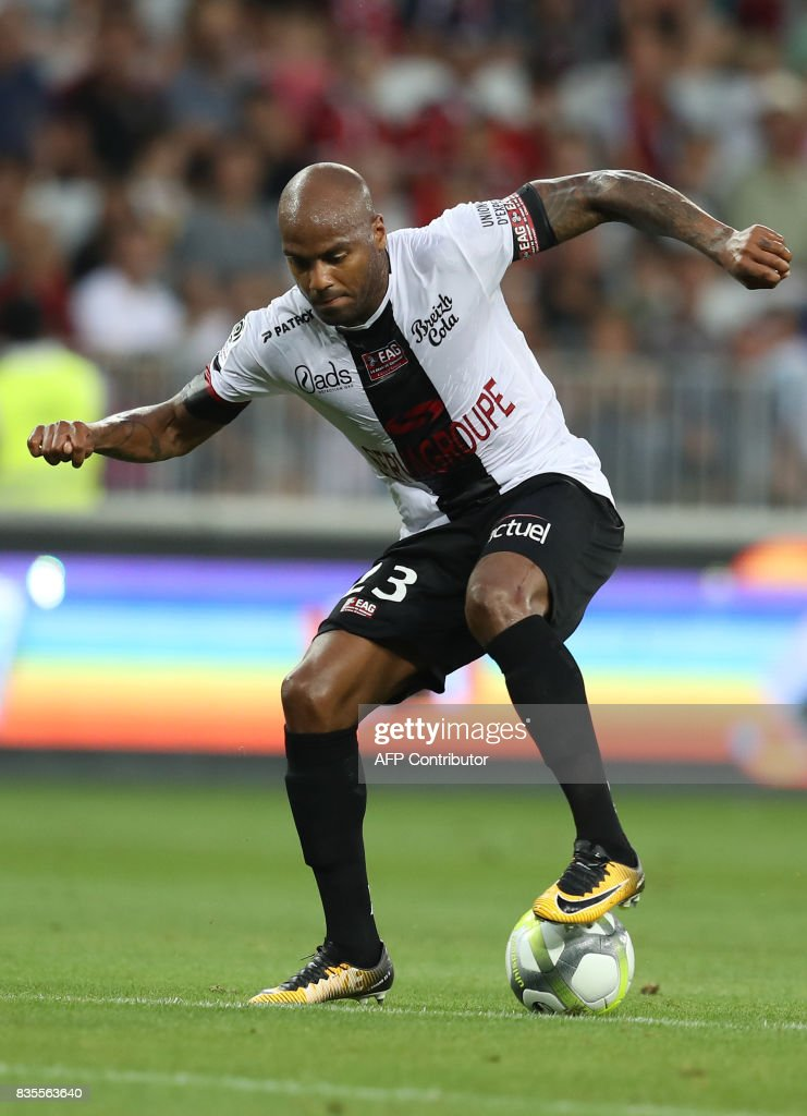 Guingamp's French forward Jimmy Briand drives the ball during the French L1 football match Nice (OGCN) vs Guingamp (EAG) on August 19, 2017 at the 'Allianz Riviera' stadium in Nice, southeastern France. /