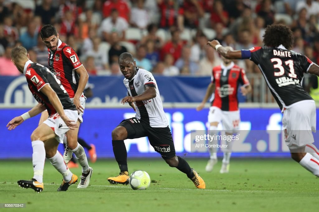 Guingamp's French-Congolese defender Jordan Ikoko (C) drives the ball during the French L1 football match Nice (OGCN) vs Guingamp (EAG) on August 19, 2017 at the 'Allianz Riviera' stadium in Nice, southeastern France. /