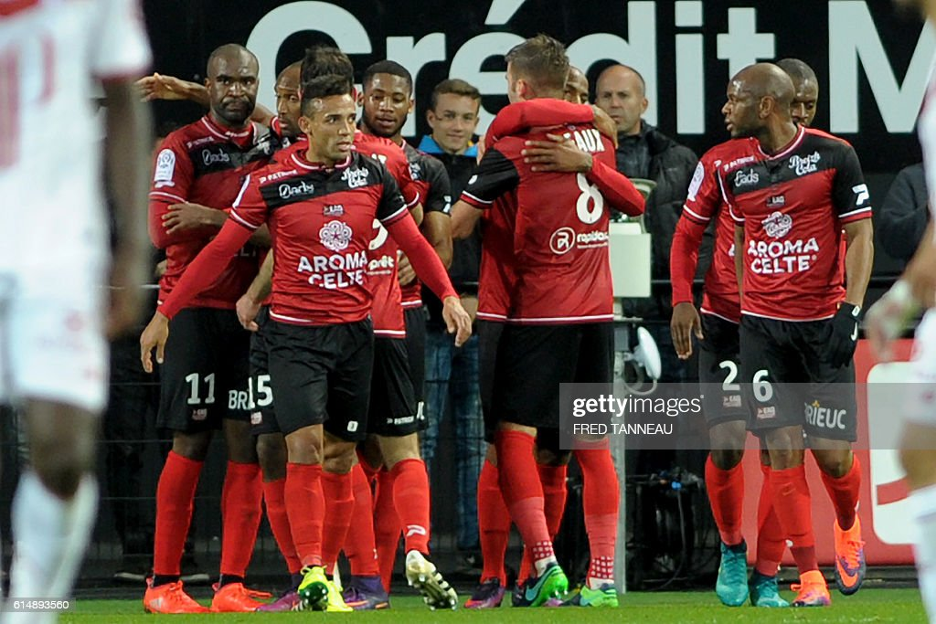 Guingamp's players celebrate after scoring a goal during the French L1 match Guingamp against Lille on October 15, 2016 at the Roudourou stadium in Guingamp, western of France. / AFP / FRED