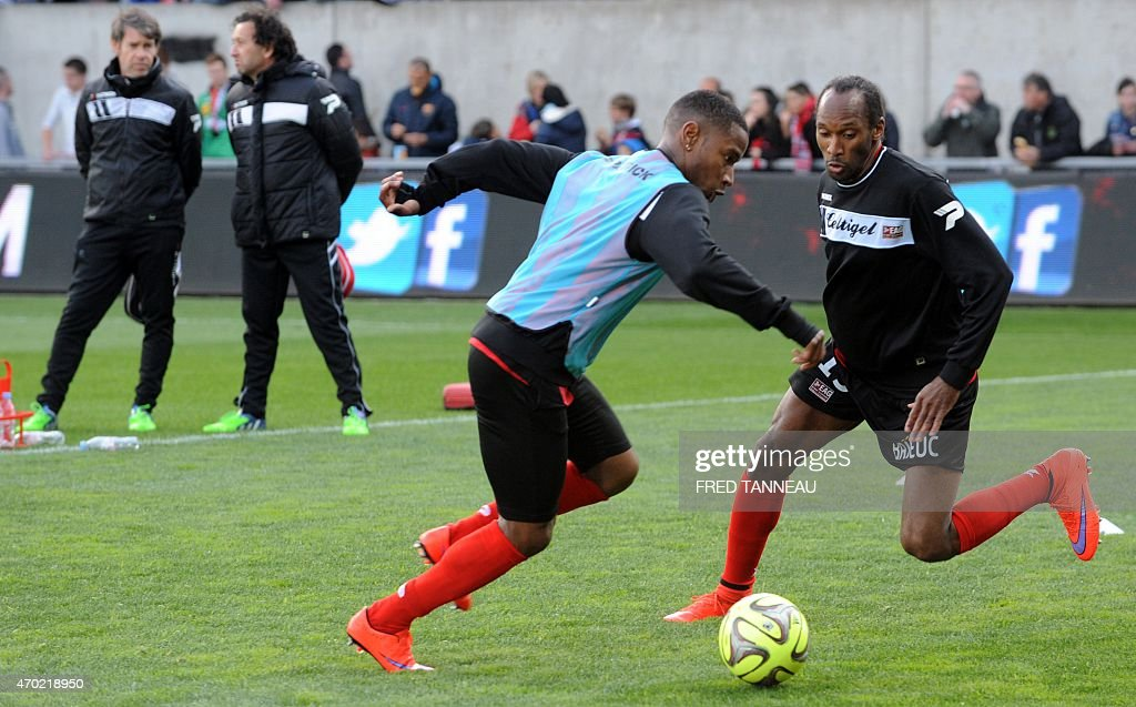 Guingamp's players take part in a training session prior to the French L1 football match between Guingamp and Evian on April 18, 2015 at the Roudourou stadium in Guingamp, western of France.