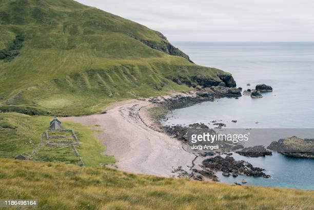 guirdil bothy on the isle of rum (scotland) - scozia foto e immagini stock