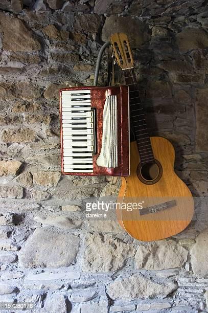Gitarre und Akkordeon an der Wand