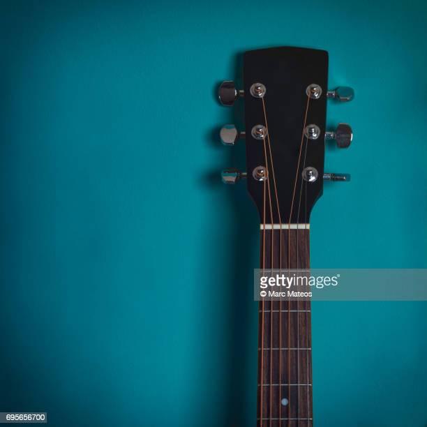 guitar on a wall - marc mateos fotografías e imágenes de stock