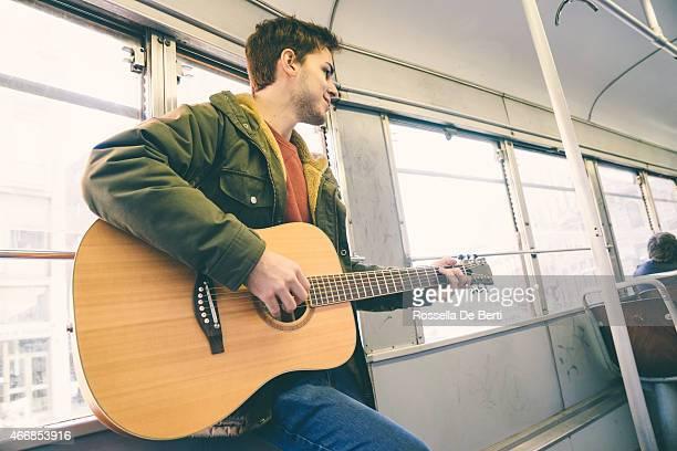 Gitarrenspieler Performing über öffentliche Verkehrsmittel