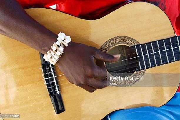 ギター演奏者 - 爪弾く ストックフォトと画像