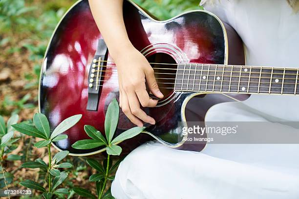 guitar playing in the woods - akio iwanaga ストックフォトと画像