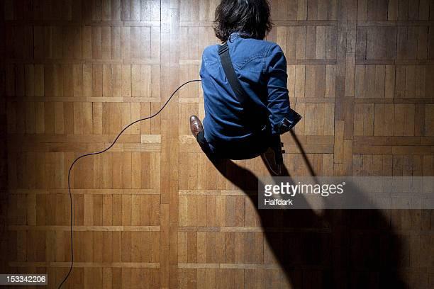 guitarist in the spotlight - inarcare la schiena foto e immagini stock