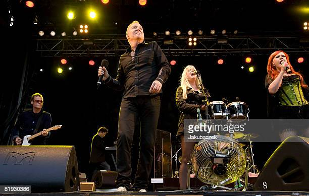 Guitarist Keith Strickland singer Fred Schneider Kate Pierson and Cindy Wilson of the US Rock band 'The B52's' perform live during a concert at the...