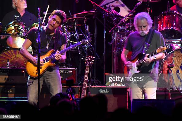 guitarists john mayer and bob weir of dead and company perform during news photo getty images. Black Bedroom Furniture Sets. Home Design Ideas