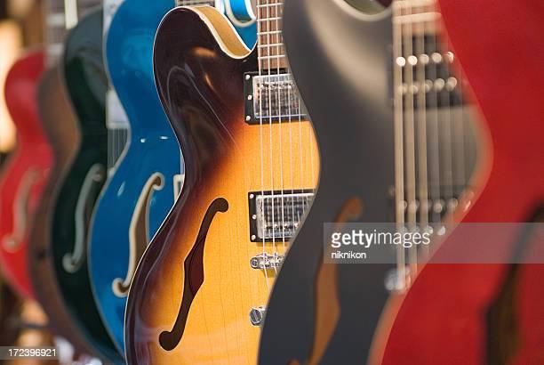 ギター垂れ下がるを保存 - ベースギター ストックフォトと画像