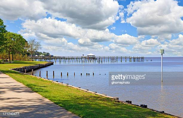 gulf coast view in fairhope alabama - gulf coast states stockfoto's en -beelden