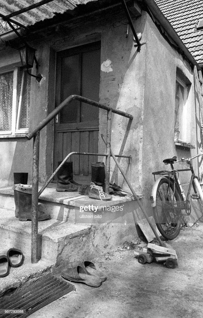 Einem Dorf Im Gummistiefel Vor Stehen Wohnhaus Alt zVMqUpGS