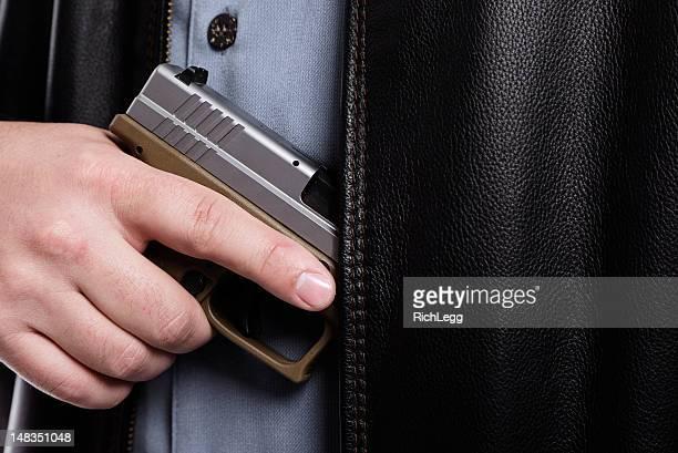 arma de ser retirado da jaqueta - revólver - fotografias e filmes do acervo